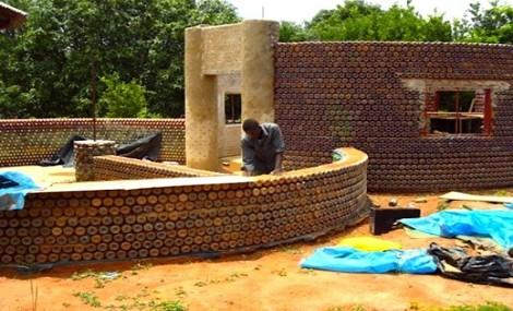 Scuole e case in Africa costruite con…bottiglie di plastica